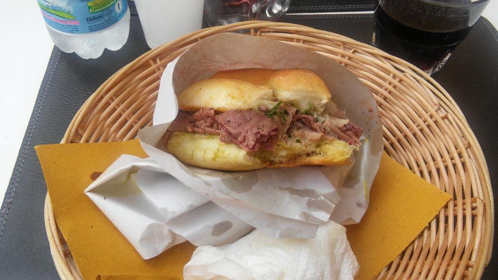Déjeuner typiquement florentain : le panino au lampredotto
